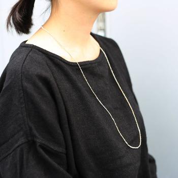 """""""身の回りにいる家族や友人、恋人のように親密で、生活にそっと寄添うような存在""""をコンセプトに掲げた、糸の可能性を追求し続けるジュエリーブランド「Amito(アミト)」。着物の刺繍などに使われている絹糸などを編む、糸を金属に結びとめるなどのテクニックを使い、付けていることを忘れてしまう程軽やかなアクセサリーを提案しています。"""
