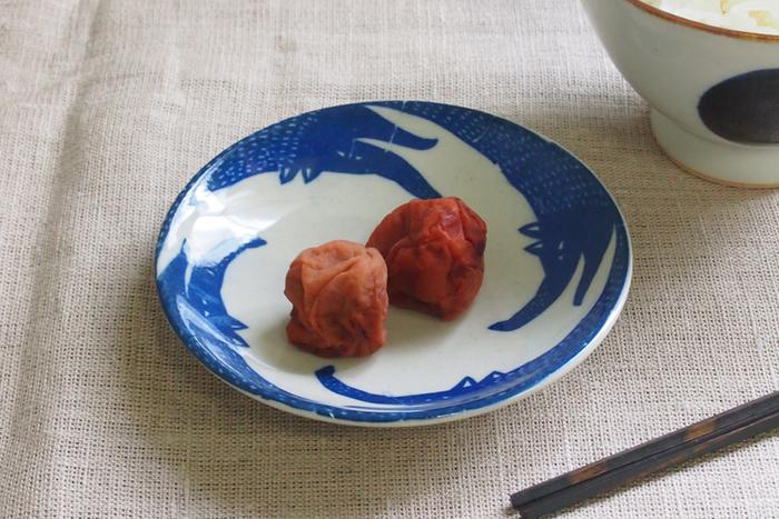 笑うオオカミが周囲に施された、かわいいけれど何を盛りつけたら…?とちょっとためらってしまいそうな豆皿。そんな時こそ、シンプルに梅干しを乗せてみて。こんな合わせ方が楽しいですよね。