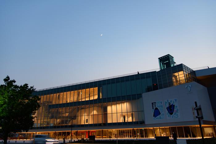 2017年8月に全面開館した「富山県美術館」。富岩運河環水公園西地区に位置し、全面ガラス張りの3階からは立山連峰を眺めることができます。3階のホール、キッズルーム、図書コーナーや遊具のある屋上庭園など、展示室以外の利用は無料。家族みんなで楽しめますね。