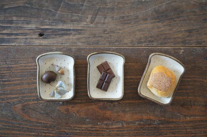 ミニチュア雑貨のようなキュートな食パン豆皿には、ひとくちサイズのお気に入りのおやつを。おしゃれなおやつより、素朴なもののほうが似合いそう。