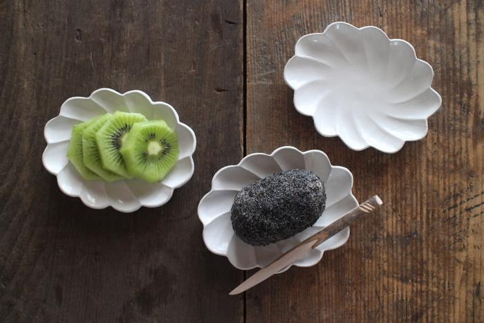 白の豆皿は、色鮮やかなフルーツがよりジューシーに美味しそうに見せてくれますね。黒のおはぎをぽてっと乗せるのもシンプルでかわいい♪