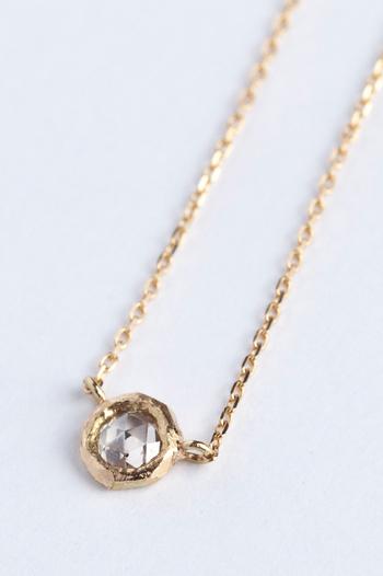 ほんのりとブラウンの色味を持つダイヤは、暖かみのあるジュエリー。自分へのご褒美として、毎日でも身に付けたくなるネックレスですね。