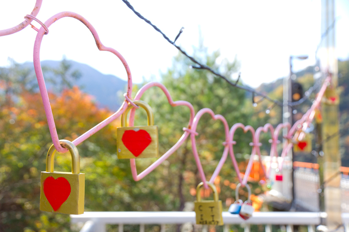 また、奥大井湖上駅のプラットホームには、「Happy Happy Bell 風の忘れもの」と名が付いたハートのオブジェが展示されています。ここで恋人たちが南京錠をかけると、幸せになるといわれているそうですよ。奥大井湖上駅周辺の美しい自然を味わいながら、パートナーとの幸せを願ってみては?