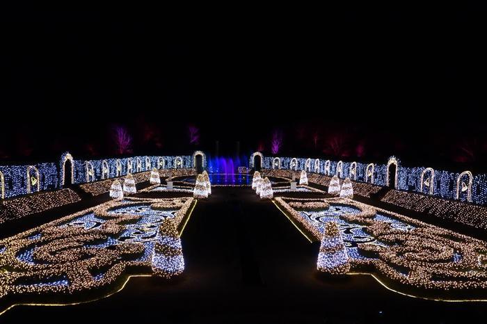 パレスハウステンボスの裏にある庭園では、「光のオーケストラ」というショーが開催されています。クラシック音楽に合わせて光が輝くショーは大人気!時間があったら、ぜひ見に行ってみてくださいね♪