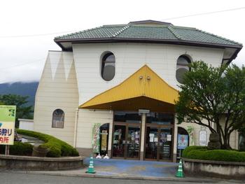 田主丸駅の駅舎は、なんとカッパのデザインになっています。このデザインは、田主丸町にある浮羽工業高校の生徒が考えたものだそう。なぜカッパかというと、田主丸は古くからカッパの伝説があるからだそうです。自然豊かな田主丸町を見守る、可愛らしい駅舎です。
