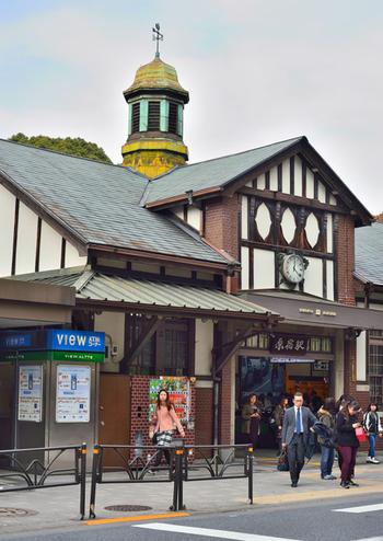 原宿駅は、東京都渋谷区にあるJR山手線を代表する駅。明治39年(1906年)に開業されました。今は若者や外国人観光客で連日にぎわい、知らない人はいないほど有名な駅です。