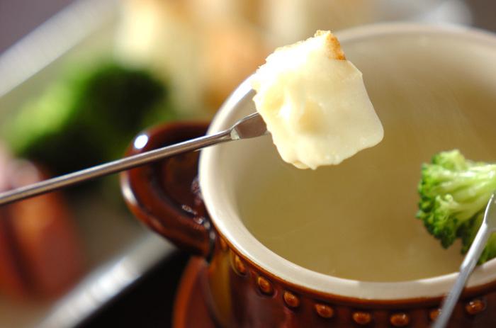 白みそや和風のだし汁を加えて、あっさりとした味に仕上げたチーズフォンデュ。チーズやホワイトソースなどを使っていますが、軽い食感で食べ進むことができます。