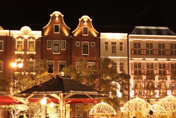 夜のアムステルダムシティの街並みはロマンティックな雰囲気に包まれています。