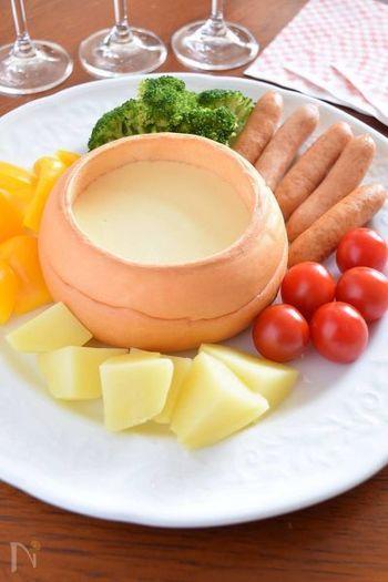 こちらは、丸いパンをくり抜いて器にしたチーズフォンデュ。皮の固いパンを使うといいですね。野菜などを食べたら器のパンも食べられますので、後片付けもラクチンです。