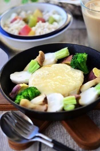 スキレットでカマンベールチーズを両面焼いてとろとろにし、野菜を添えるのもいいですね。スキレットごとテーブルに出して、おしゃれに。これだけでおもてなし料理になりそうです。
