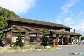 大隅横川駅は、JR九州・肥薩(ひさつ)線にある無人駅。鹿児島県霧島市横川町にあります。明治36年(1903年)に開業され、嘉例川駅(かれいがわえき)と並び、鹿児島にある最古の駅舎として知られています。