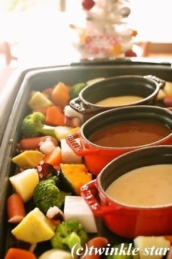 チーズ、カレー、シチューと3種のソースをココットに入れて、ホットプレートを使ったフォンデュに。具材もソースもあつあつのまま楽しめるのがいいですね。パーティー向きのメニューです。