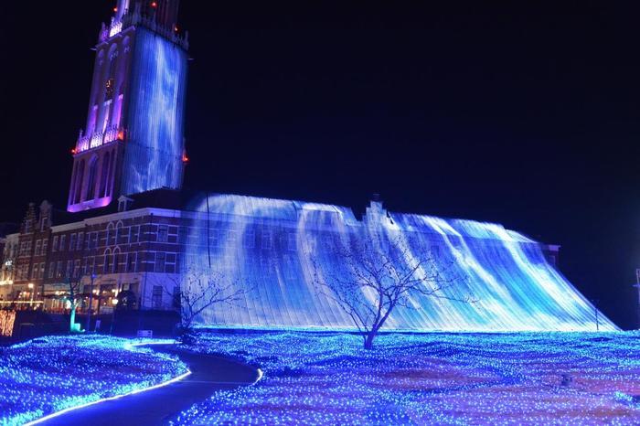 66mの高さから光の海を目指して流れ落ちる光の滝は、ダイナミック!幻想的な光を放つ滝に目を奪われます。