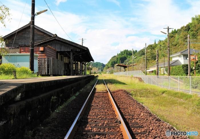 いかがでしたか?下車するだけではもったいない、魅力的な駅舎を巡る旅も面白いかもしれませんね。いつも使う駅も、たまには足を止めて見てみると、素敵な発見があるかもしれませんよ。