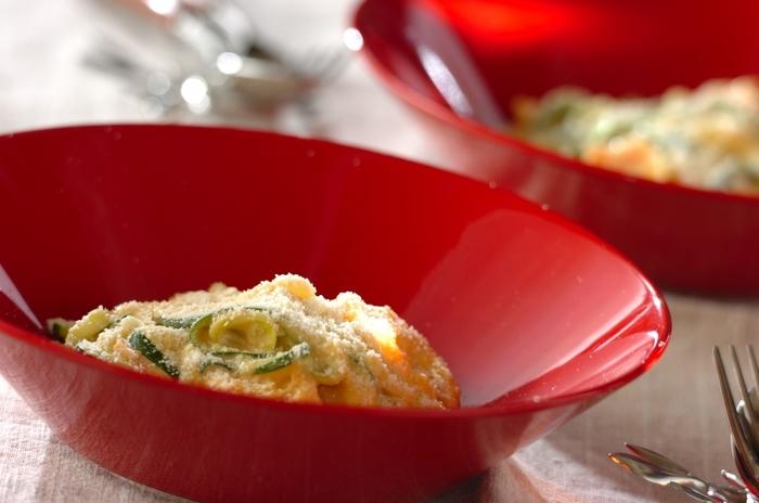 パスタの代わりにズッキーニを使ったベジヌードルレシピ。ズッキーニはビタミンも豊富で低カロリー。見た目も美しく体も喜ぶ大満足のレシピです。