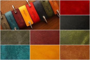 革の色は8色から選べます。  ・グレー ・ブルーグリーン ・ダークレッド ・イエロー ・レッド ・ブラック ・オリーブグリーン ・キャメル  どの色も落ち着いた色合いで、手にしっくりと馴染みそう。