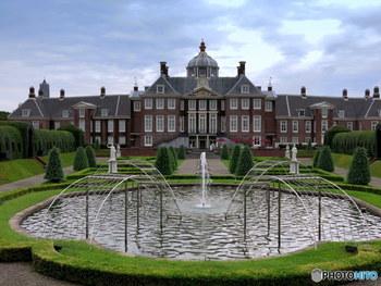 17世紀に建てられた宮殿をオランダ王室の許可を得て、見事に再現した「パレスハウステンボス」。中には「ハウステンボス美術館」があり、世界中から集めた美術品を見ることができます。宮殿の裏にはバロック式庭園があり、花壇や噴水など美しい庭園を眺められますよ。