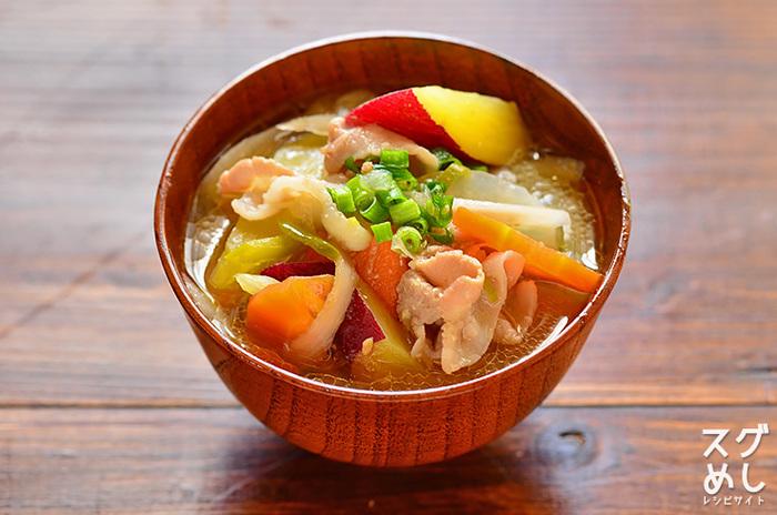 温かい汁物は、寒い日に食べると体の芯からホカホカになりますね。さつまいもや大根、ごぼうなどの根菜がたっぷり入っていて一品でかなり満足感を得られるのも嬉しいです。あとはごはんと軽めのおかずがあれば十分。  さつまいもや煮崩れしやすいので、最後に入れるのがおすすめ。形も色もキレイに仕上がりますよ。