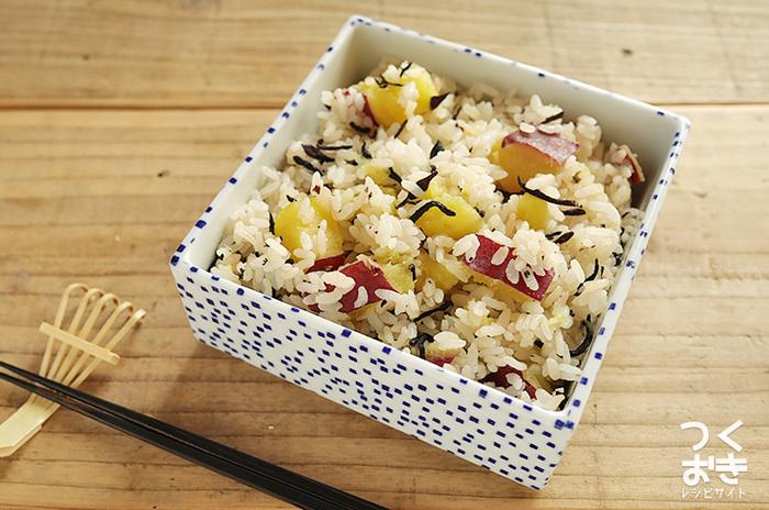 さつまいもごはんは、秋冬に食べたくなる炊き込みごはんのひとつ。こちらのレシピでは、ひじきをプラスして風味豊かに仕上げました。山と海の味を両方味わえるうれしいごはんですね。お好みでお米をもち米に変えて、おこわっぽくするのもおすすめ。