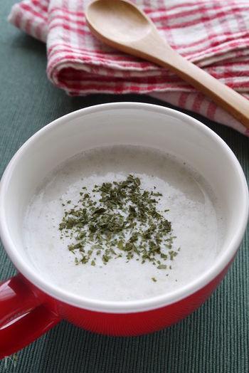 里芋のポタージュってどんな味?と思われた方、ぜひ一度作ってみてください。このレシピでは、蒸した里芋をマッシュしてオリーブオイルや塩で味付けした「里芋クリーム」をベースに、コンソメと牛乳で伸ばしていきます。  想像しているよりもさらりとしていて、とても上品な舌触り。パンと一緒に朝食でいただけば、寒い朝も元気に出勤できそうです。