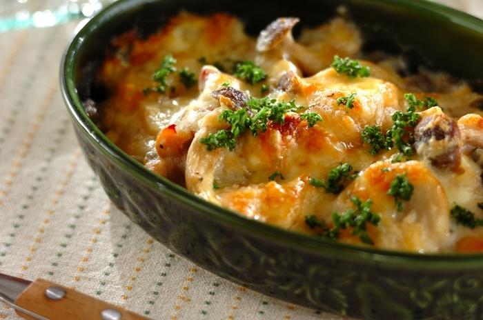 味にクセのない里芋は、クリーム系のおかずとの相性抜群。輪切りにした里芋は、下茹でしておくのでオーブンに入れた時に火の通りが早く短時間で作ることができます。  ホワイトソースも同じフライパンで作れるので、とても簡単。ソースとチーズが絡んだ里芋は、アツアツでほっくほく。家族みんなでふうふう言いながら食べたいですね。