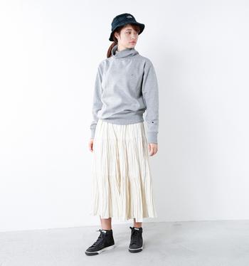 「チャンピオン」のスウェットシャツにガーリーなプリーツスカートを合わせたMIXコーデ。グレー×シロの淡い配色のおかげで、どことなく品の良さも漂います。スウェットシャツにも色々なデザインがありますが、タートルネックタイプなら柔らかい雰囲気でスポーティになりすぎず◎。