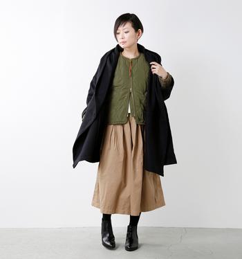 ミリタリーテイストのキルティングジャケットをスポーティなアクセントとして効かせたコーデ。アウターの中からチラリとのぞく程度の絶妙なバランスがオシャレです。アースカラー×ブラックの組み合わせも大人っぽくて素敵。