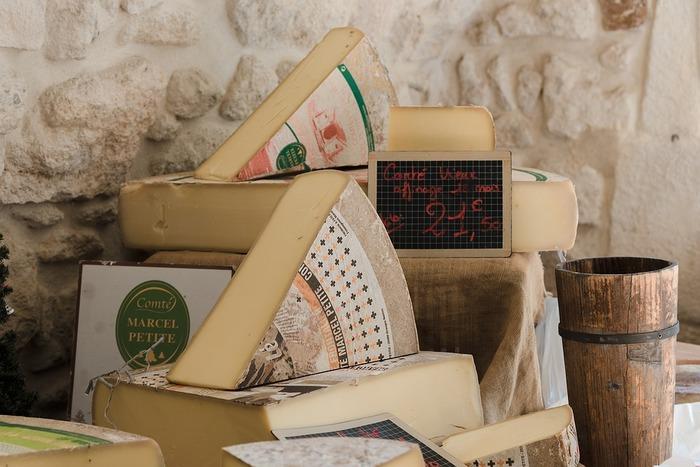 """「グリュイエールチーズ」は""""スイスの女王様""""といわれ、クリーミーでナッツのような風味があり、火を通すとうまみが増すチーズ。また、「エメンタールチーズ」(上の写真)もスイスの代表的なチーズで、ぽこぽこと大きな穴が開いていることで有名。いずれもチーズフォンデュに欠かせないチーズとして知られます。"""