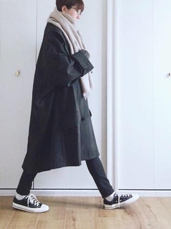 GUのスキニーパンツにダボっと大きめコートを合わせた大人のメリハリスタイル。ふんわり巻いたナチュラルカラーのストールが重くなりがちな黒コーデに軽さをプラスしています。
