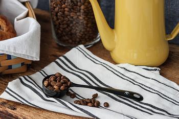 ■道具① 「コーヒーメジャースプーン」  コーヒー豆を挽く前に必要なのは、コーヒー用のメジャースプーン。抽出に必要な豆の量をメジャースプーンで量ります。  ○基本的な豆の量は、1杯10~12g。 量が少なければ香味が薄くなり、多ければ強くなるので、飲みたい時間や体調に合わせて調整してみましょう。 いつも決まったメジャースプーンがあると、毎回豆の量を把握しやすくなりますよ。
