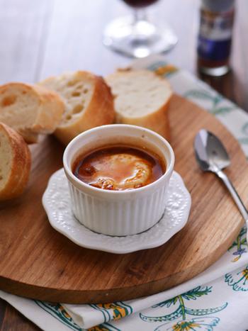 スパイスのパプリカに、オリーブオイルやナンプラーなどを加えて卵を落とし、トースターで焼くだけ。バゲットなどにつけて食べます。ワインの素敵なおともになるのはもちろん、おしゃれな朝食にもなりそうですね。