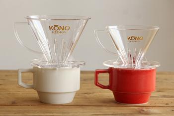まずは、コーヒーの名門「コーノ」の円錐型ドリッパー。  底に大きな穴が1つ。注がれたお湯が中心に向って流れるために、粉に触れる時間が長くなるのが円錐型の特徴です。 コーノのドリッパーは、ペーパードリップの中でもとくにコクのある、ネルドリップに近い香味のコーヒーが淹れられます。