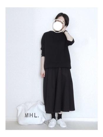 メンズライクなUNIQLOのスウェットトップスにブラックのスカートを合わせて女性らしさを演出したオールブラックコーデ。白の差し色が爽やかです。