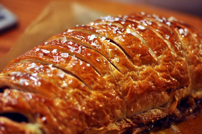 くるっと長方形に包んだもの、パイのように丸く焼き上げたものやミニサイズに作ったものなど形はさまざま。