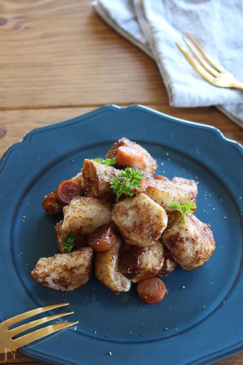 寒い日は温かいホットサラダを作ってみませんか?里芋と長芋は、油で揚げるとホクホクした食感が楽しめます。味付けは、バルサミコ酢ベースのさっぱり味。和食に使うことが多い里芋をおしゃれな1品にいかが?
