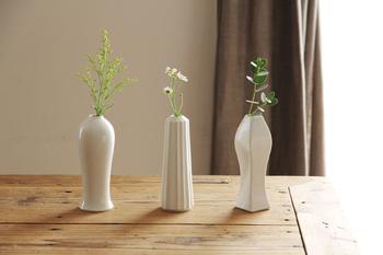 有田焼の陶悦窯とデザイナーの大治将典さんがコラボした磁器ブランド「JICON・磁今」の花瓶。フォルムが異なる3種類の形で、ひとつだけでも、並べてもキマります。やわらかくマットな磁器肌は、優しい雰囲気を作り出してくれます。買ってきた一輪の花はもちろん、庭の草花をそっと活けるだけでもさまになる、使いやすい花瓶です。