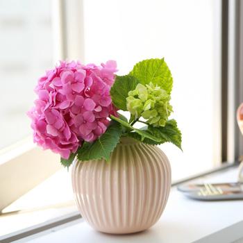 デンマークの陶器メーカー・ケーラーの花瓶。同社に勤務経験がある芸術家・ハンマースホイにインスピレーションを受けたという同名シリーズは、どれもデザイン性が高く、アート作品のように飾ることができます。小さなブーケを挿すと、お部屋が一気に華やかな雰囲気になりますよ。