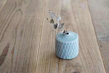 新潟の陶芸作家さんによる、小さな花瓶。アンティークのような色合いとクラシカルなデザインは、どんな場所に飾っても存在感バツグンです。小さなお花はもちろん、観葉植物を差しただけでも絵になりますよ。