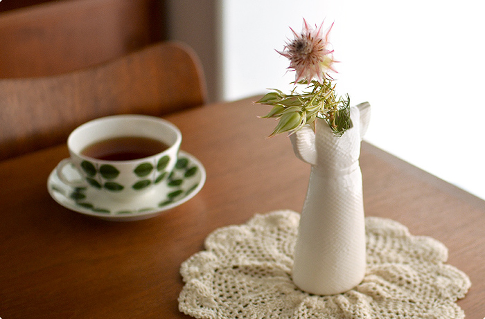 北欧の人気デザイナー、リサ・ラーソンのドレスを模した花瓶。そのままの姿でもかわいいけれど、季節の花をそっと飾るだけで、さらにステキなインテリアに変身してくれます。一点ずつ丁寧に手作りされているので、人の手のぬくもりも感じられますよ。