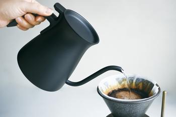 お湯の注ぎ方を安定させるためには、コーヒー専用のドリップポットを使いましょう。  良いポットの見分け方は、 ・注ぎ口が細く、量をコントロールしやすいもの ・粉の狙ったところに注ぎやすいもの ・重量のあるものは避けて、1L以内のもの