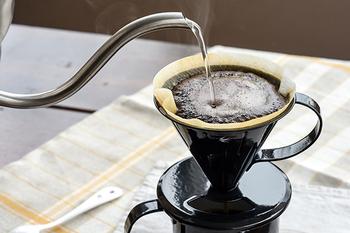 粉が膨らみ終わり、平らになるころに次のお湯をまた注ぎましょう。  この膨らみを大きくしすぎると、穴があいて味が抜けてしまうので気をつけて。抽出のスピードによってさっぱりした味や、しっかりした味に変化させることができますよ。