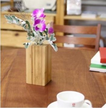 竹の繊維を生かした、公長齋小菅の一輪挿し。職人さんが一点ずつ作り出す、匠の技が感じられる一品です。経年で雰囲気が変わっていくのも楽しめます。洋のお花はもちろん、和のお花にも似合うので、日本の行事に合わせた植物を飾るのもおすすめです。