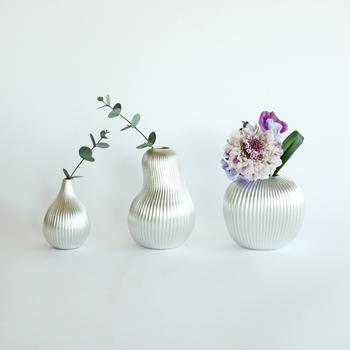 フルーツをモチーフにした、錫製の花瓶。ぽってりとしたかわいらしいフォルムは、金属加工の老舗メーカー・能作の高い技術力によるもの。シルバーの肌には、植物の緑がよく映えます。錫には抗菌作用があるので、切り花が長持ちするそうです。水替えを忘れてしまう、ずぼらさんでも安心ですよ。