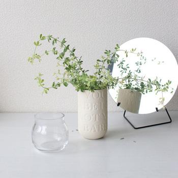 デンマークのケーラー社が手掛けるLove Songという名の花瓶。その名の通り、マットな磁器肌にはラブソングの歌詞が刻まれています。シンプルな形で、どんな草花にも合います。大切な人に捧げるように、好きな植物を飾ってみて。
