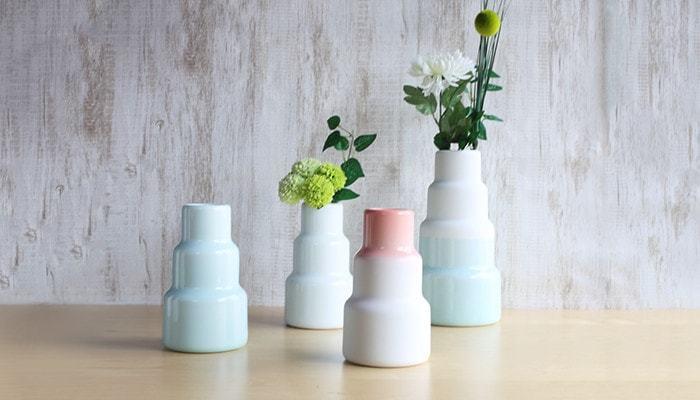 まるで近代建築のようなデザインの、有田焼の花瓶。個性的なデザインは存在感もバツグンで、置く場所を選びません。好きなお花を気軽に挿すだけで、一気にお部屋を鮮やかな空間に変身させてくれますよ。