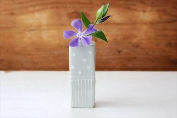 淡い色合いが優しい、砥部焼の花瓶。手仕事による柔らかいラインが、温かみを感じます。四面に違う柄が入っているので、角度によって異なる雰囲気になるのも魅力的です。小さな花を飾って、お部屋のポイントにしてみて。