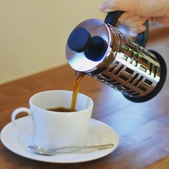 フレンチプレスでの抽出は、手間がかからないのに本格的なコーヒーを味わえます。豆の旨みをしっかりと抽出できるので、ペーパードリップよりもコクや香りを楽しめます。