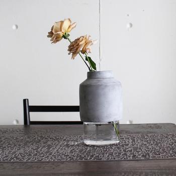 ガラスの瓶をコンクリートでコーティングした、異素材の花瓶。シンプルで無機質な雰囲気だからこそ、お花が活きるようになっています。特に枝ものとの相性が良いので、季節の木を一枝、さりげなく飾ってみて。
