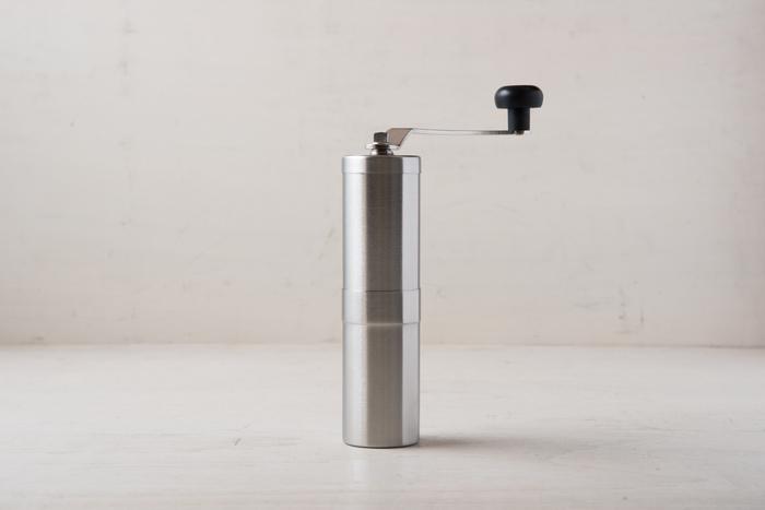スタイリッシュなデザインのポーレックスのコーヒーミルは、丸洗いが出来るので清潔に使えます。手動のミルなので、アウトドアにも持っていく事ができますよ。