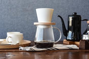 豆の特徴が出ているのに、えぐみや雑味がない程よいカフェインを感じる事ができるコーヒーを目指して誕生したドーナツコーヒードリッパー。  ドーナツ型の穴に通し、コーヒーサーバーやカップに直接のせるだけのシンプル構造ですが、細部にまでこだわって作られています。
